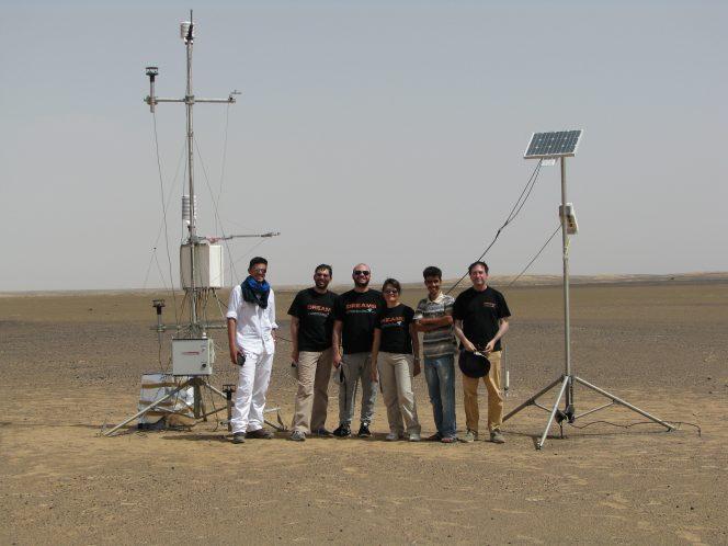 Francesca Esposito e i suoi colleghi nel deserto del Sahara. Tra il 2013 e il 2014 hanno effettuato degli esperimenti per comprendere meglio la relazione tra elettricità e sollevamento di grani di polvere nell'aria durante tempeste di sabbia simili a quelle che si verificano su Marte. Crediti: Francesca Esposito