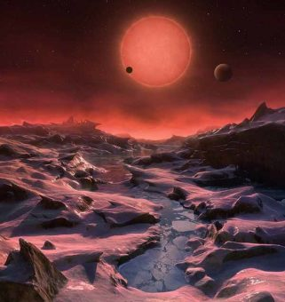 Rappresentazione artistica del sistema planetario di TRAPPIST-1 visto dalla superficie del pianeta più esterno. Sebbene la stella sia nove volte più piccola del Sole, sembra significativamente più grande in cielo perché è da 8 a 20 volte più vicina. Crediti: UCSD