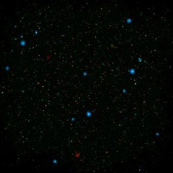 I punti blu visibili questo campo di galassie, conosciuto come COSMOS, mostrano galassie contenenti buchi neri supermassicci che emettono raggi X ad alta energia. A individuarli, il telescopio NuSTAR della NASA. Gli altri punti colorati sono invece galassie che ospitano buchi neri che emettono raggi X a bassa energia, individuati dal Chandra X-ray Observatory sempre della NASA. I dati di Chandra sono relativi a raggi X con energie tra 0,5 e 7 KeV volt, mentre i raggi X rilevati da NUSTAR hanno un'energia compresa fra 8 e 24 KeV. Crediti: NASA/JPL-Caltech