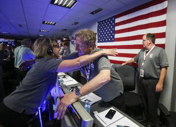 Marla Thornton e Steve Levin festeggiano l'arrivo della sonda Juno nell'orbita polare di Giove dal Jet Propulsion Laboratory della NASA a Pasadena. Crediti: AP Photo/Ringo H.W. Chiu, Pool