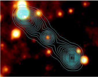 Immagine acquisita dal telescopio spaziale WISE e, in azzurro, contorni radio dalla NRAO VLA Sky Survey (NVSS). Fonte: Molina et al. 2014 per la IGR J17488  (A&A 565, 2)