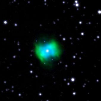 Immagine in falsi colori della nebulosa planetaria NGC 6778. In blu, le emissioni connesse con linee di ricombinazione di ioni O + +, ottenute al GTC ; in verde, le emissioni dello stesso ione nelle linee eccitate da collisioni, osservate dal Nordic Optical Telescope, sempre alle Canarie. Si vede chiaramente la diversa distribuzione spaziale di entrambe le emissioni, a indicare l'esistenza di due differenti componenti del gas. Crediti: Gran Telescopio CANARIAS (GTC)