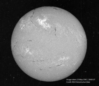 Immagine in H-alpha del Sole il 23 maggio del 1967. La regione del brillamento è quella più luminosa nella parte superiore del disco. Crediti: National Solar Observatory historical archive