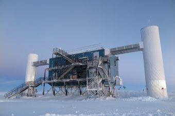 Il Laboratorio IceCube presso la stazione del Polo Sud in Antartide. Crediti: University of Wisconsin-Madison