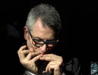 Angelo Adamo all'armonica cromatica. Crediti: Media INAF