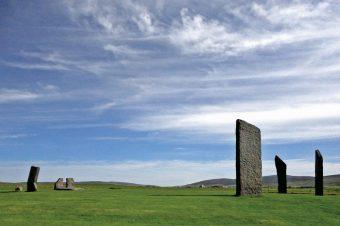 """Il grande cerchio di pietre Stenness sull'isola di Orkney si trova in un paesaggio caratterizzato da un panorama """"inverso"""". Il progetto dei ricercatori dell'Università di Adelaide ha esaminato gli allineamenti che partono dal centro e passano lungo le pietre disposte lungo il cerchio e lungo i fori. Crediti: Douglas Scott"""
