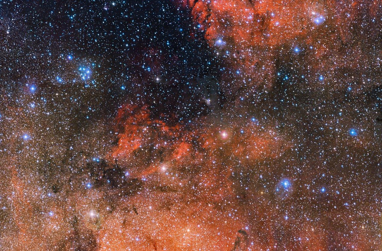 La spruzzata di stelle blu e brillanti in alto a sinistra del centro di questa enorme immagine dell'ESO da 615 megapixel è il perfetto laboratorio cosmico in cui studiare la vita e la morte delle stelle. Noto come Messier 18, questo ammasso stellare aperto contiene stelle formate nello stesso momento dalla stessa nube massiccia di gas e polvere. L'immagine è stata ottenuta da OmegaCAM, lo strumento installato sul VST (VLT Survey Telescope) all'Osservatorio dell'ESO al Paranal in Cile. Crediti: ESO