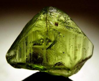 Cristallo di forsterite. Crediti: Wikimedia Commons