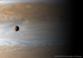 Foto mozzafiato della sonda Cassini, con in primo piano Io e sullo sfondo Giove. Crediti: Image Credit: Cassini Imaging Team, SSI, JPL, ESA, NASA