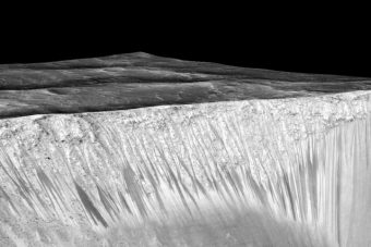 Il canyon marziano nella foto fa parte del sistema di canyon Valles Marineris e si estende fino a 600 km, arrivando fino a 8 km di profondità. L'immagine è stata ottenuta a partire da 100 fotografie raccolte dagli orbiter Viking nel 1970. Crediti: NASA