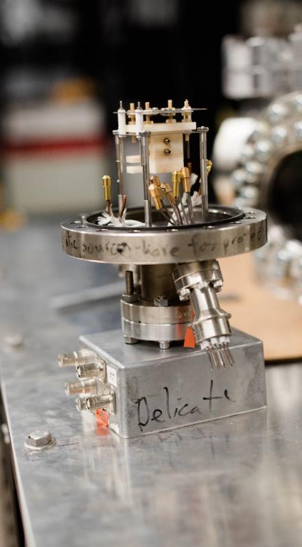 Utilizzando propulsori a elettronebulizzazione come questo, i ricercatori spaziali potrebbero navigare nello spazio con nanosatelliti, più piccoli e meno costosi delle classiche sonde. Crediti: Michigan Tech, Nathan Shaiyen