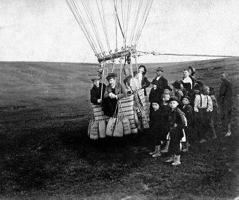 Victor Hesse, al centro, mentre parte per una camapagna di misurazioni a bordo di un pallone aerostatico, era il 1911. Nel 1936 fi insignito del Nobel per la Fisica per la scoperta dei raggi cosmici. Crediti: NY Times