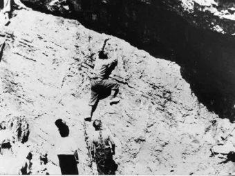"""Enrico Fermi fa del """"bouldering"""" (anche se allora non si chiamava così) sotto lo sguardo critico di Edoardo Amaldi e Enrico Persico. Estate 1938, ultime vacanze in gruppo prima della promulgazione delle leggi razziali, a San Martino di Castrozza. Crediti: Progetto Ricerche Storiche E Metodologiche, Università Bocconi di Milano."""