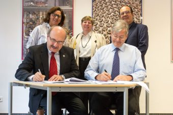 Rafael Rebolo (left), Director of the IAC, and Ulrich Straumann (right), Managing Director of the CTAO gGmbH, sign the hosting agreement for CTA's site in the northern hemisphere. Back row from left: Inmaculada Figuero (MINECO), Beatrix Vierkorn-Rudolf (Vice Chair CTA Council) and Giampaolo Vettolani (Chair CTA Council). Credit: CTA Collaboration