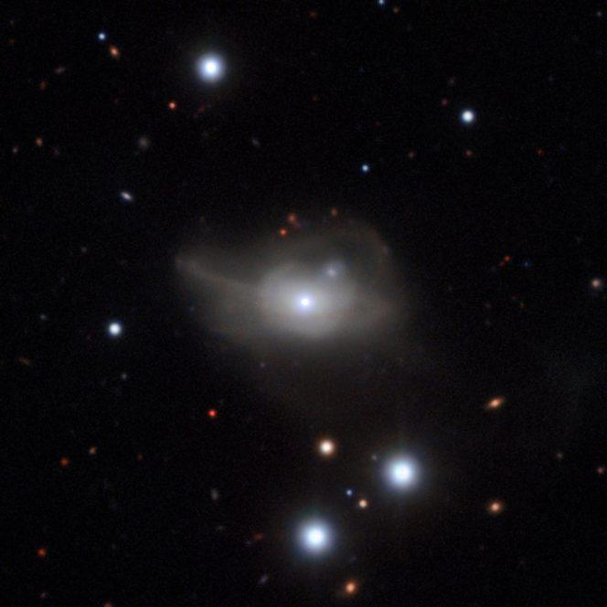 Questa immagine ottenuta dallo strumento MUSE installato sul VLT (Very Large Telescope) dell'ESO mostra la galassia attiva Markarian 1018 che ospita nel nucleo un buco nero supermassiccio. Crediti: ESO/CARS survey