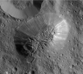 Immagine ad alta risoluzione di Ahuna Mons (la larghezza dell'immagine corrisponde a circa 30 km). Crediti: NASA / JPL - Caltech / UCLA / MPS / DLR / IDA
