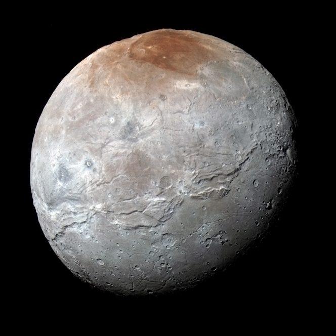 La missione New Horizons della NASA, durante il suo flyby al sistema di Plutone, ha raccolto questa immagine ad alta risoluzione di Caronte, la luna più grande del pianeta nano. L'immagine è frutto della sovrapposizione delle immagini raccolte nelle bande blu, rossa e infrarossa dalla camera Multispectral Visual Imaging Camera. I colori sono stati elaborati per evidenziare al meglio la variazione delle proprietà superficiali di Caronte. Crediti: NASA/JHUAPL/SWRI
