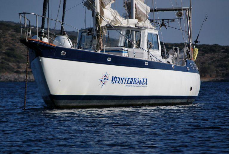 La protagonista del Progetto, Mediterranea, Mikado ketch di 18 metri armato a cutter in navigazione nel mar Mediterraneo, dalla primavera 2014 quando è salpato dal porto di San Benedetto del Tronto per un lungo viaggio di 5 anni, per circa 20.000 miglia in tutto il Mediterraneo. Crediti: Progetto Mediterranea.