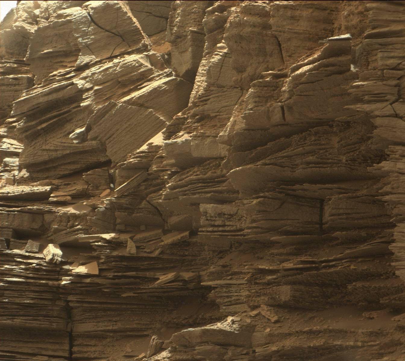 Nell'immagine, raccolta dalla Mast Camera di Curiosity, sono immortalate le rocce stratificate visibili nella regione Murray Buttes, alla base del Monte Sharp. Crediti: NASA/JPL-Caltech/MSSS