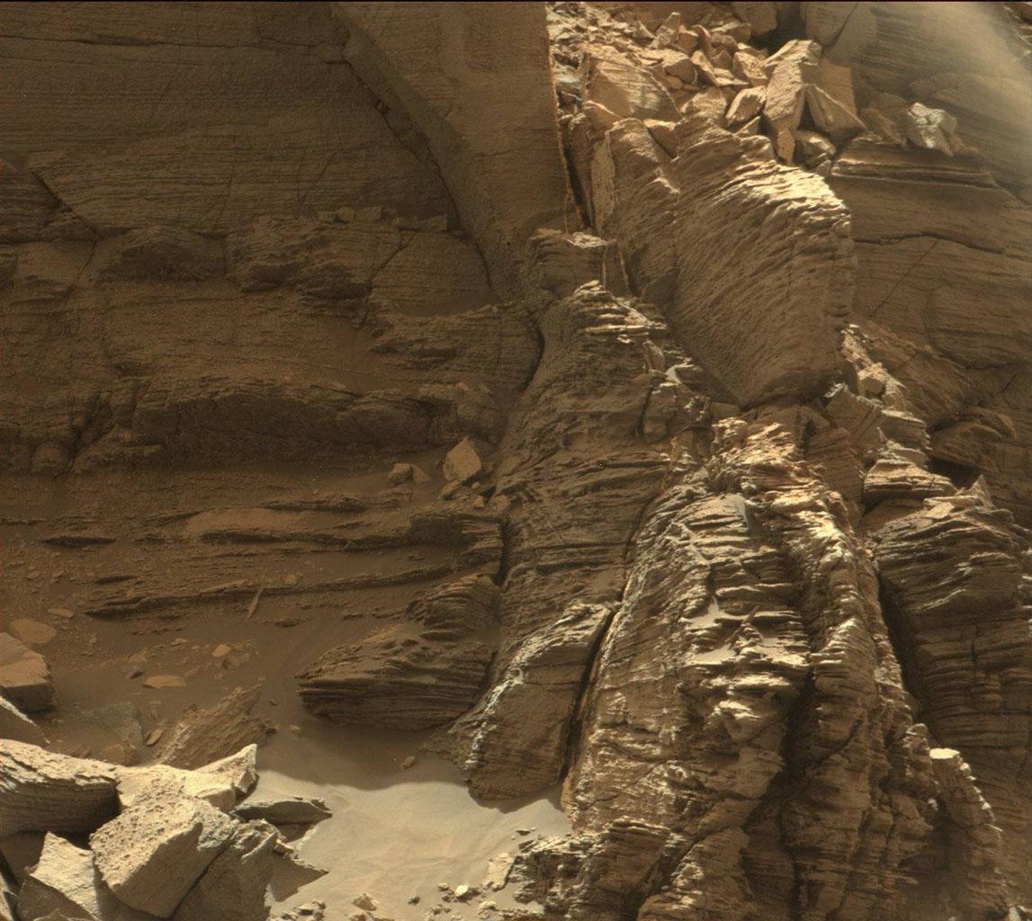 L'immagine è stata scattata dalla Mast Camera a bordo di Curiosity e mostra un affioramento di rocce stratificate all'interno della regione Murray Buttes. Crediti: NASA/JPL-Caltech/MSSS
