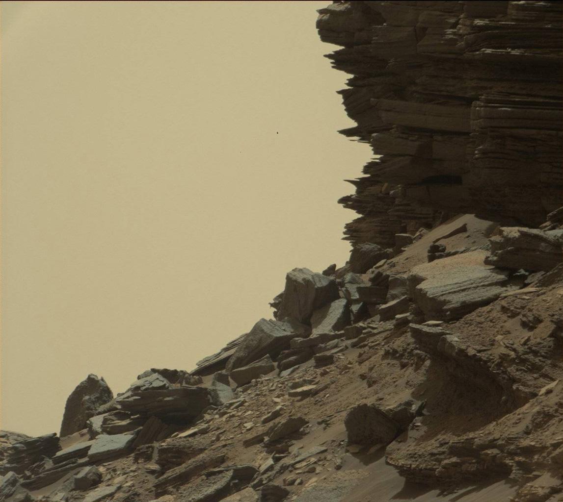 Nell'immagine il rilievo di una collina con rocce stratificate. La fotografia è stata scattata dalla Mast Camera a bordo del rover Curiosity della NASA l'8 settembre scorso. Crediti: NASA/JPL-Caltech/MSSS