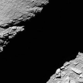 L'ultima immagine arrivata da Osiris del suolo della cometa 67P da una distanza di appena 1.2 chilometri. Crediti:ESA / Rosetta / MPS for OSIRIS Team