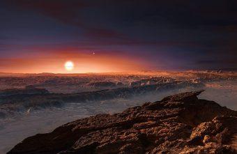 Rappresentazione di fantasia della superficie del pianeta Proxima b, recentemente scoperto in orbita attorno alla stella nana rossa Proxima Centauri, l'astro più vicino al sistema solare. Sulla superficie della stella sarebbero periodicamente visibile delle gigantesche macchie stellari. Crediti: ESO/M. Kornmesser