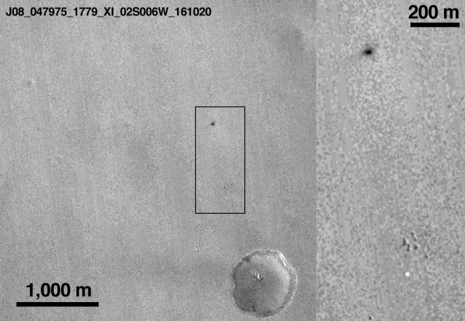 L'immagine della zona d'impatto del lander Schiaparelli nella regione Meridiani Planum di Marte. All'interno del rettangolo, la macchiolina chiara in basso sarebbe associabile al paracadute, quella scura in alto sarebbe la il punto dove si è schiantato il lander della missione ExoMars. Crediti: NASA/JPL-Caltech/MSSS