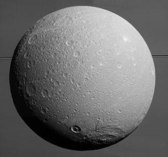Dione, con Saturno e anelli sullo sfondo, ripresa dalla sonda Cassini il 17 agosto 2015. Crediti: NASA/JPL-Caltech/Space Science Institute