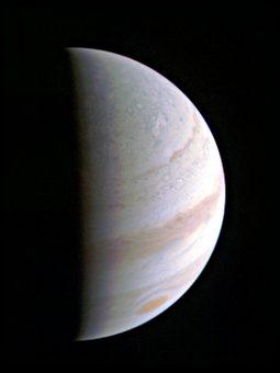 Una delle prime immagini ravvicinate di Giove scattata da Juno. Crediti: NASA/JPL-Caltech/SwRI/MSSS