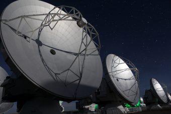 ALMA è un radiotelescopio composto da 66 antenne situate in Cile, a oltre 5.000 metri sul livello del mare. Crediti: ALMA (ESO/NAOJ/NRAO), C. González