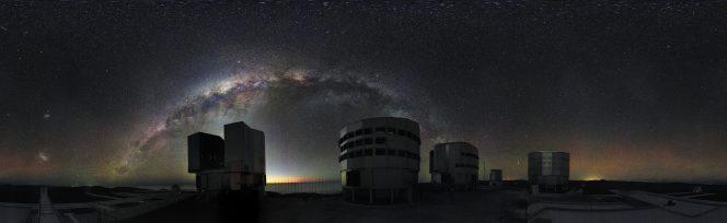 Il cielo sopra il Very Large Telescope come visto di notte dalle nuove webcam. Sulla sinistra si distinguono le Nubi di Magellano. Crediti: ESO