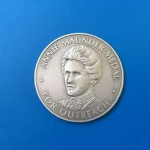 La medaglia che la Royal Astronomical Society ha dedicato alla figura di Annie Maunder. Premierà chi si distinguerà nel campo della comunicazione scientifica negli ambiti dell'astronomia e della geofisica. Crediti: Royal Astronomical Society