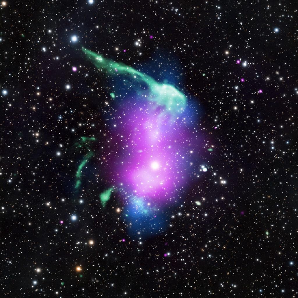 Riconoscete anche voi una forma familiare in questo cluster? Non vi sembra di vedere uno spazzolino da denti? Il fenomeno della pareidolia è uno scherzo del nostro cervello, che tende ad associare immagini del tutto casuali a forme conosciute. Questo ammasso di galassie si chiama RX J0603.3+4214 o cluster spazzolino. Le onde radio (verde) rappresentano lo spazzolino, mentre l'emissione diffusa di raggi X è stata osservata da Chandra (viola). I dati in luce visibile vengono dal telescopio Subaru e riguardano galassie e stelle (bianco). Crediti: X-ray: NASA/CXC/SAO/R. van Weeren et al; Radio: NCRA/TIFR/GMRT; Optical: NAOJ/Subaru