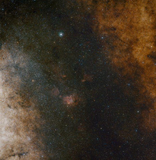 Questa panoramica in luce visibile mostra la vasta quantità di stelle nella costellazione del Sagittario, in direzione del centro della Via Lattea. L'intera immagine è piena di un enorme numero di stelle - ma molte di più rimangono nascoste dietro a nubi di polvere e vengono rivelate solo da immagini in luce infrarossa. L'immagine è stata prodotta a partire da fotografie ottenute con luce blu e rossa che fanno parte della DSS2 (Digitized Sky Survey 2). Il campo di vista è di circa 3,5 gradi x 3,6 gradi. Crediti: ESO and Digitized Sky Survey 2. Acknowledgment: Davide De Martin and S. Guisard