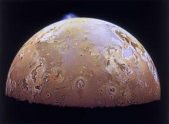 Io, la luna più interna di Giove, ripresa dalla sonda Galileo nel 1997. Sono visibili due eruzioni vulcaniche, una dalla Pillan Patera nella parte superiore e il pennacchio di Prometheus al centro dell'immagine. Crediti: NASA