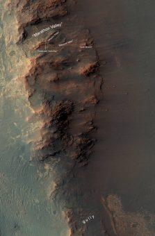 Questa mappa mostra il versante ovest del cratere Endeavour, che include la Marathon Valley, dove sis ono concentrate le attività di Opportunity tra il 2015 e il 2016. A sud c'è il canalone obiettivo delle osservazioni previste nel corso dei prossimi due anni di missione estesa: è stato scavato da un antico fiume marziano? Chissà se il piccolo longevo rover riuscirà a svelare l'arcano. Crediti: NASA/JPL-Caltech/Univ. of Arizona