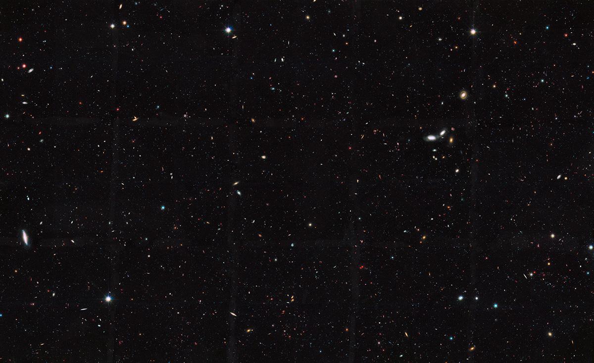 In questo scatto, raccolto dal telescopio spaziale Hubble, vengono rivelate migliaia di galassie collocate in epoche lontane miliardi di anni luce. L'immagine rappresenta una parte di un grande censimento di galassie chiamato Great Observatories Origins Deep Survey (GOODS). Secondo i ricercatori che hanno analizzato i dati di Hubble, circa il 90 percento delle galassie nell'Universo osservabile è troppo debole e troppo lontano per poter essere visto con i telescopi attualmente a nostra disposizione. Crediti: NASA, ESA, the GOODS Team e M. Giavialisco (University of Massachusetts, Amherst)