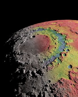 Sovrapposta all'immagine, una mappa in falsi colori che rileva le differenze gravitazionali all'interno del bacino da impatto noto con il nome di Mare Orientale. In rosso sono evidenziati gli eccessi di massa, e in blu le carenze, rispetto a un valore di riferimento. Questa mappa è ottenuta sulla base di misure raccolte dalla missione GRAIL della NASA. Crediti: Ernest Wright, NASA/GSFC Scientific Visualization Studio