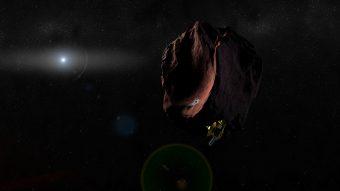Una illustrazione artistica dell'incontro della sonda New Horizons con 2014 MU69, un oggetto della fascia di Kuiper dal colore rossastro. Crediti: NASA/JHUAPL/SwRI