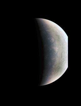 Il polo nord di Giove nell'immagine del 27 agosto scattata da 703,000 kilometers. Crediti: NASA/JPL-Caltech/SwRI/MSSS