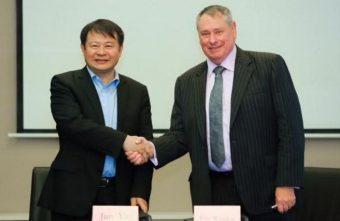 Jun Yan, direttore generale del NAOC, e Pete Worden, president della Breakthrough Prize Foundation e direttore delle Breakthrough Initiatives, alla firma dell'accordo. Crediti: Breakthrough Prize Foundation
