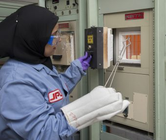 Sabah Bux, a lavoro nei laboratori del JPL. Inquesta foto mostra la fornace per lo sviluppo di materiale termoelettrico. Credit: NASA/JPL-CaltechThermoelectrics Lab, Bld 277. Requester: Rachel Brachman-Zimmerman Photographer: T. Wynne Date: 13-JUL-2016 Photolab order: 070915-150010