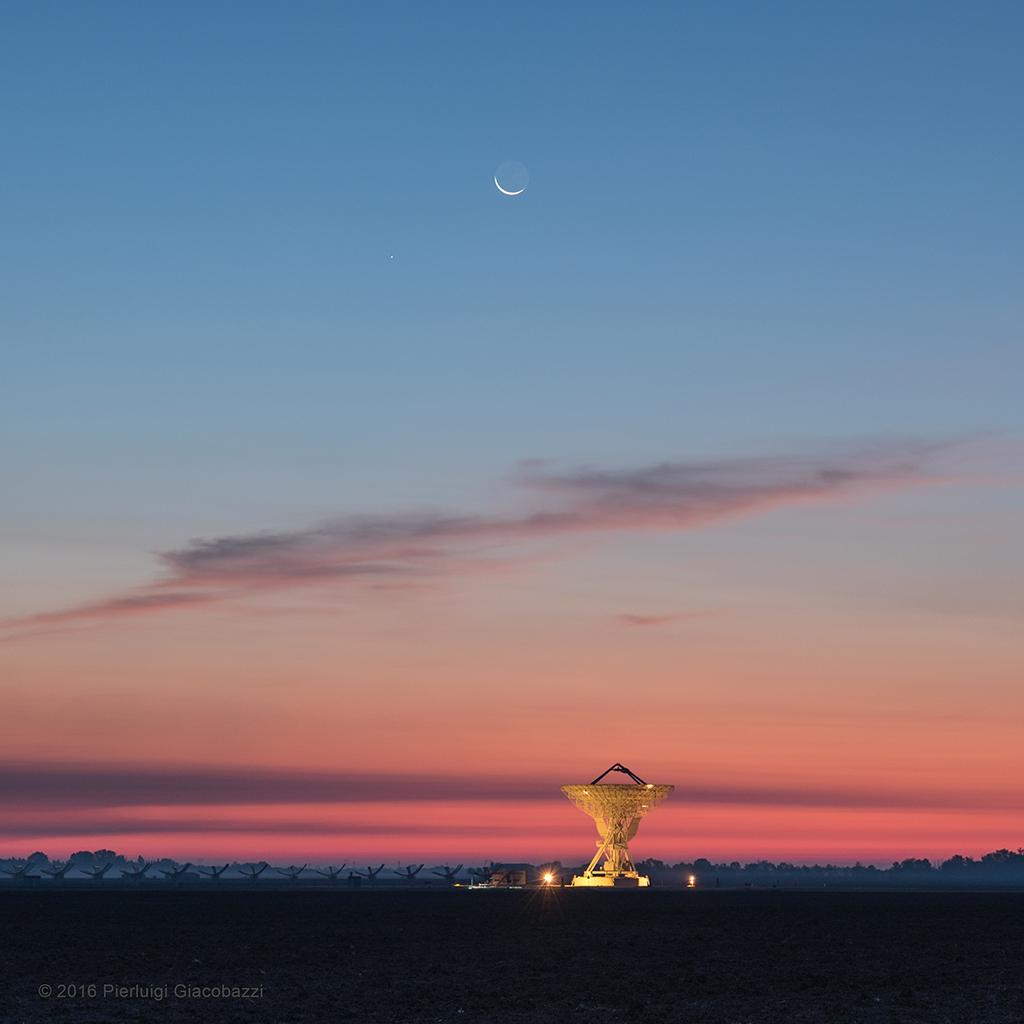 """Moon, Mercury, and Twilight Radio"". Astronomy Picture of the Day dell'8 ottobre 2016. Crediti & Copyright: Pierluigi Giacobazzi"