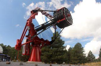 Il telescopio prototipale del progetto ASTRI, con diametro di 4 metri (che lo rende attualmente il più grande telescopio a specchi nella banda del visibile sul suolo italiano), si trova nella stazione osservativa dell'INAF Osservatorio Astrofisico di Catania, a Serra La Nave, sull'Etna, dov'è stato installato nel 2014. Con il suo disegno ottico (realizzato da Paolo Conconi di INAF-Brera), basato sulla speciale configurazione a due specchi mai utilizzata in precedenza detta Schwarzschild-Couder, il telescopio ha visto la partecipazione dell'industria, soprattutto italiana. L'implementazione del telescopio, degli specchi e i test sono stati svolti da Rodolfo Canestrari, Enrico Giro, Salvo Scuderi, e Giorgia Sironi dell'INAF di Brera, Padova e Catania