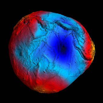 Geoide ottenuto nel 2011 con le misure del potenziale gravitazionale terrestre effettuate dal satellite ESA GOCE. In rosso i valori di gravità più alti della media, in blu quelli più bassi. Un forte terremoto provoca spostamento di masse e conseguenti modificazioni del campo gravitazionale locale. Crediti: ESA/HPF/DLR