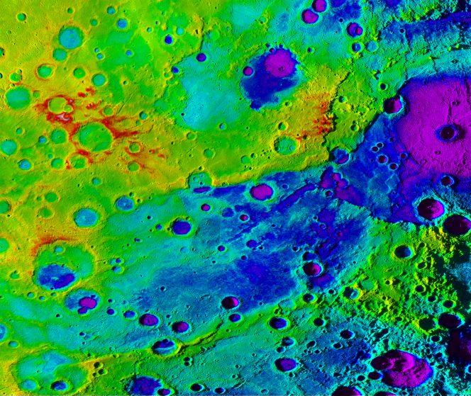 """La """"grande valle"""" di Mercurio (in blu) e il bacino da impatto Rembrandt (in viola, in alto a destra) mostrate attraverso un modello digitale ad alta risoluzione dell'elevazione combinato con un mosaico d'immagini ottenute dalla sonda Messenger della Nasa. Crediti: NASA / JHUAPL / Carnegie Institution di Washington / DLR / Smithsonian Institution"""