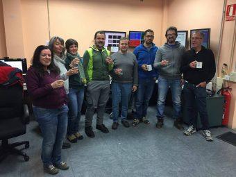 Brindisi finale nella sala di controllo del TNG tra i componenti del team GIARPS presenti alla sessione di verifiche di novembre. Al centro, il responsabile di progetto Riccardo Claudi. Crediti: GIARPS team