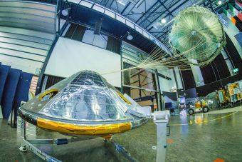 Modello a grandezza naturale del modulo Schiaparelli e del paracadute. Crediti: ESA–S. Muirhead