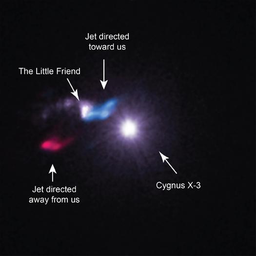 Cygnus X-3 è sistema binario a raggi X, in cui una fonte molto compatta sta risucchiando il materiale dalla massiccia stella compagna. Chandra ha rivelato una nube di gas e polvere che è separato da una distanza molto piccola da Cygnus X-3. Crediti: X-ray, NASA/CXC/SAO/M.McCollough et al, Radio, ASIAA/SAO/SMA